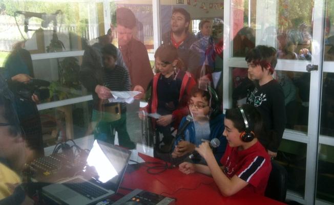 O equipo de locutores e locutoras de Radio Tuku Taka arrodea a Xurxo Souto