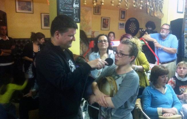 Xurxo Souto entrevista a Noa Seixo, profesora de baile e pandeireta na AVV Agra do Orzán