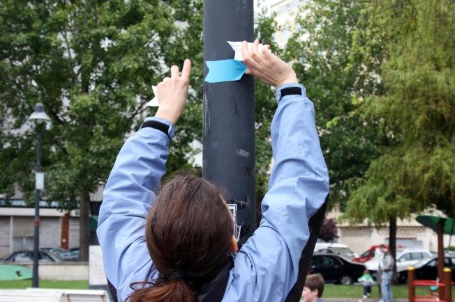 Cristina Anllo, coordinadora da actividade, sinaliza a ruta