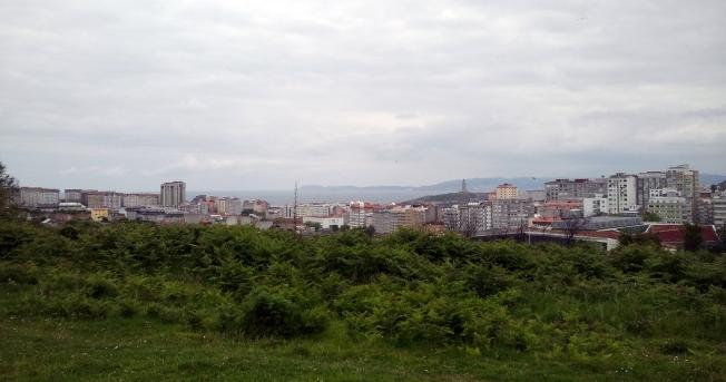 Vista da Coruña dende os prados da contorna da Silva
